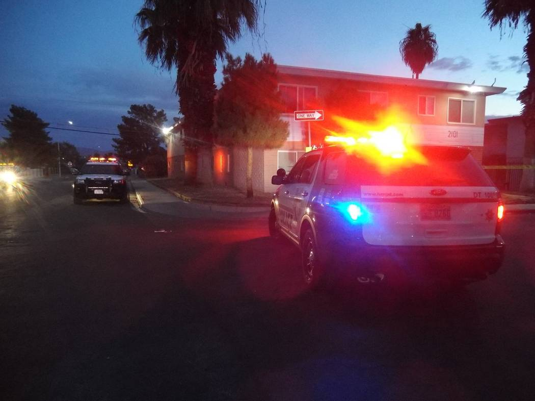 Las Vegas police investigate a stabbing at an apartment complex near Sunrise Avenue and 21st Street, Friday, Nov. 17, 2017. (Max Michor/Las Vegas Review-Journal)