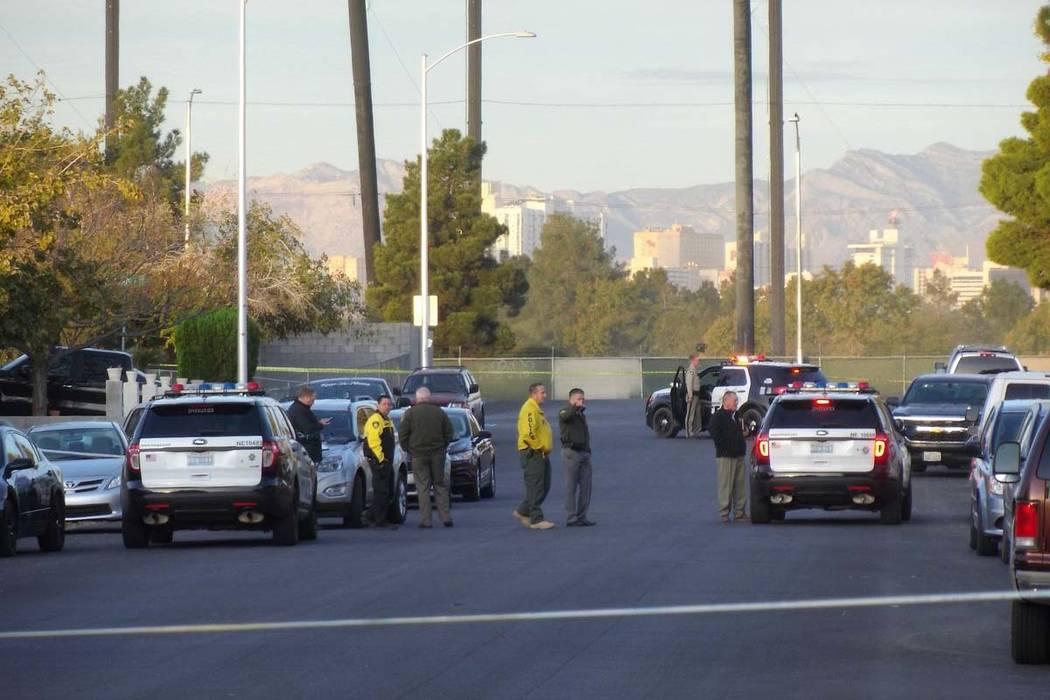 Las Vegas police investigate a stabbing that left one man dead in the 3600blockofDiamondHeadDrive in east Las Vegas, Tuesday, Nov. 21, 2017. (Max Michor/Las Vegas Rev ...