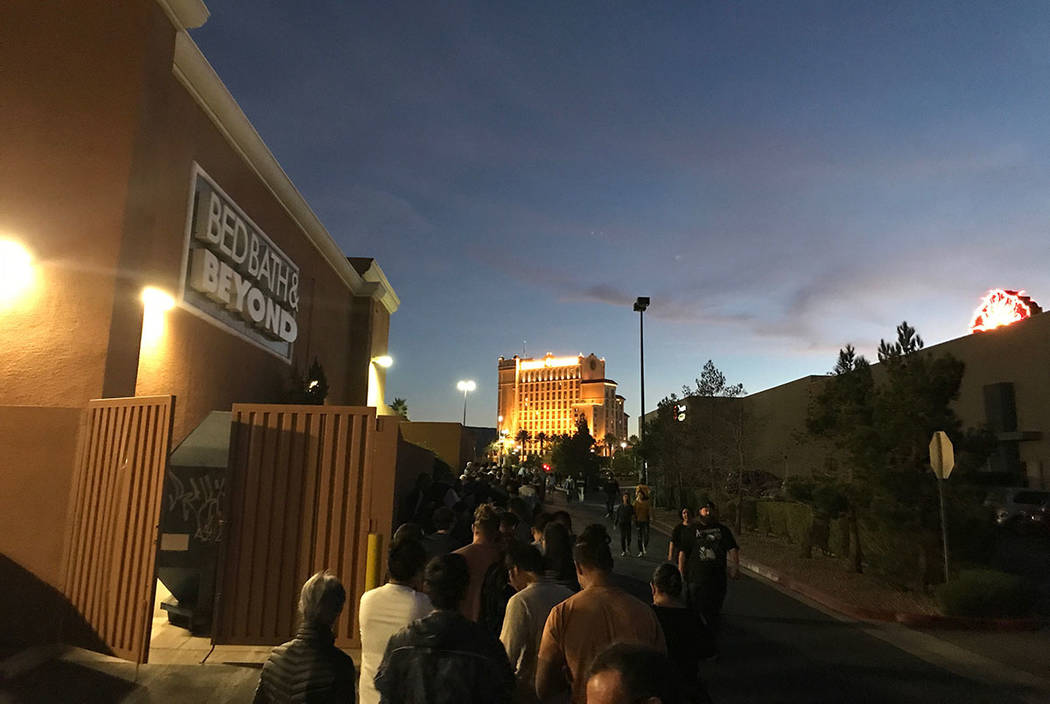 The line outside the Best Buy in Henderson grows as sunset approaches on Thanksgiving. (Carri Geer Thevenot/Las Vegas Review-Journal)