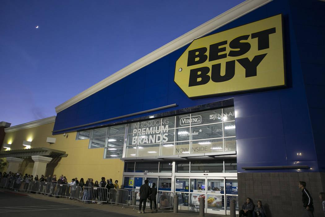Shoppers line up for Thanksgiving Day shopping at Best Buy in Henderson, Thursday, Nov. 23, 2017. Bridget Bennett Las Vegas Review-Journal @BridgetKBennett