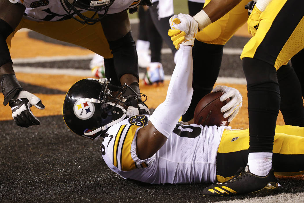 Pittsburgh Steelers wide receiver Antonio Brown celebrates his touchdown with his teammates in the second half of an NFL football game against the Cincinnati Bengals, Monday, Dec. 4, 2017, in Cinc ...