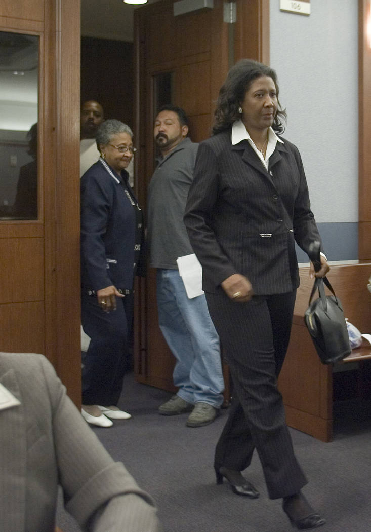 Former county commissioner Lynette Boggs enters Las Vegas Justice Court, Thursday morning, June 7, 2007, to face felony charges of lying on her campaign documents. (Las Vegas Review-Journal)