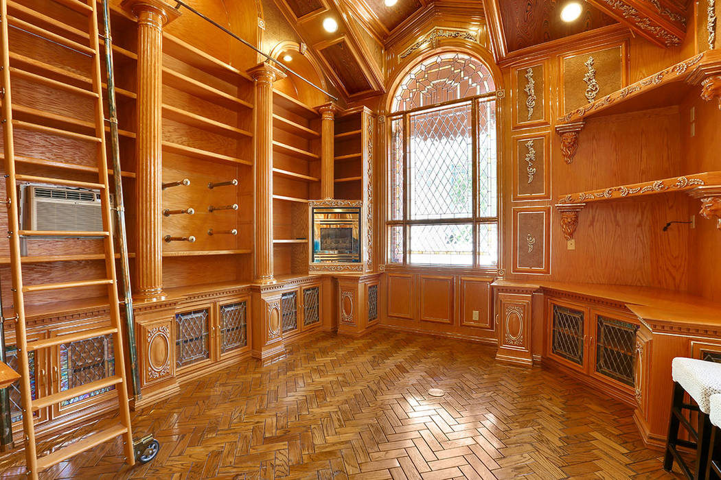 The library is classic. (Luxury Estates International)