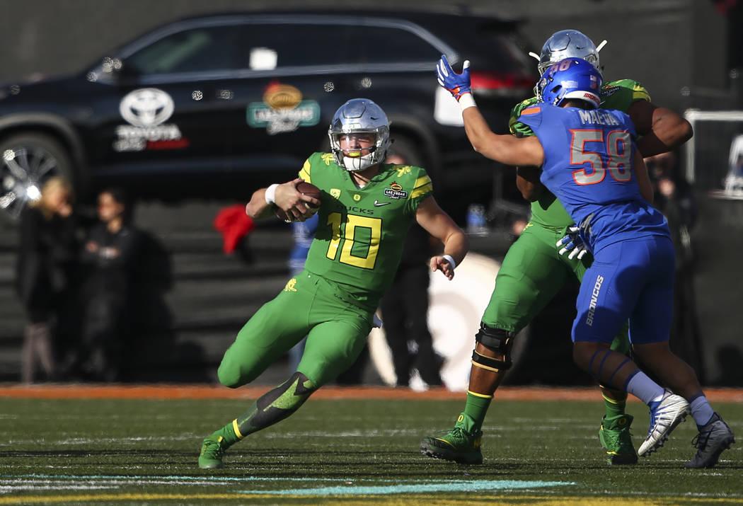 Oregon's Justin Herbert (10) runs the ball against Boise State during the Las Vegas Bowl at Sam Boyd Stadium in Las Vegas on Saturday, Dec. 16, 2017. Chase Stevens Las Vegas Review-Journal @csstev ...