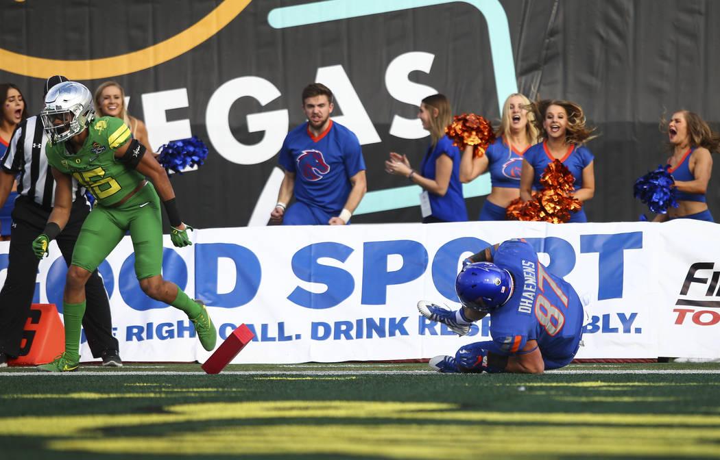 Boise State's Alec Dhaenens (87) scores a touchdown against Oregon during the Las Vegas Bowl at Sam Boyd Stadium in Las Vegas on Saturday, Dec. 16, 2017. Chase Stevens Las Vegas Review-Journal @cs ...