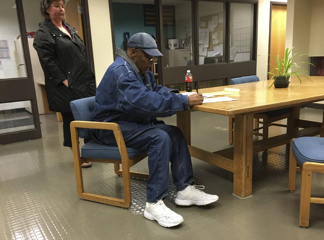 La antigua leyenda del fútbol O.J. Simpson firma documentos en el Lovelock Correctional Center, el sábado 30 de septiembre de 2017, en Lovelock, Nevada. Simpson fue liberado del Lovelock Correct ...