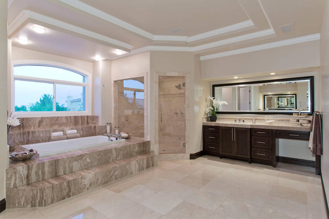 The master bath.( Luxury Designer)