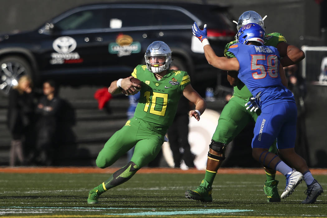 Oregon's Justin Herbert (10) runs the ball against Boise State during the Las Vegas Bowl at Sam Boyd Stadium in Las Vegas on Saturday, Dec. 16, 2017. Chase Stevens Las Vegas Review-Journal @csstev ...