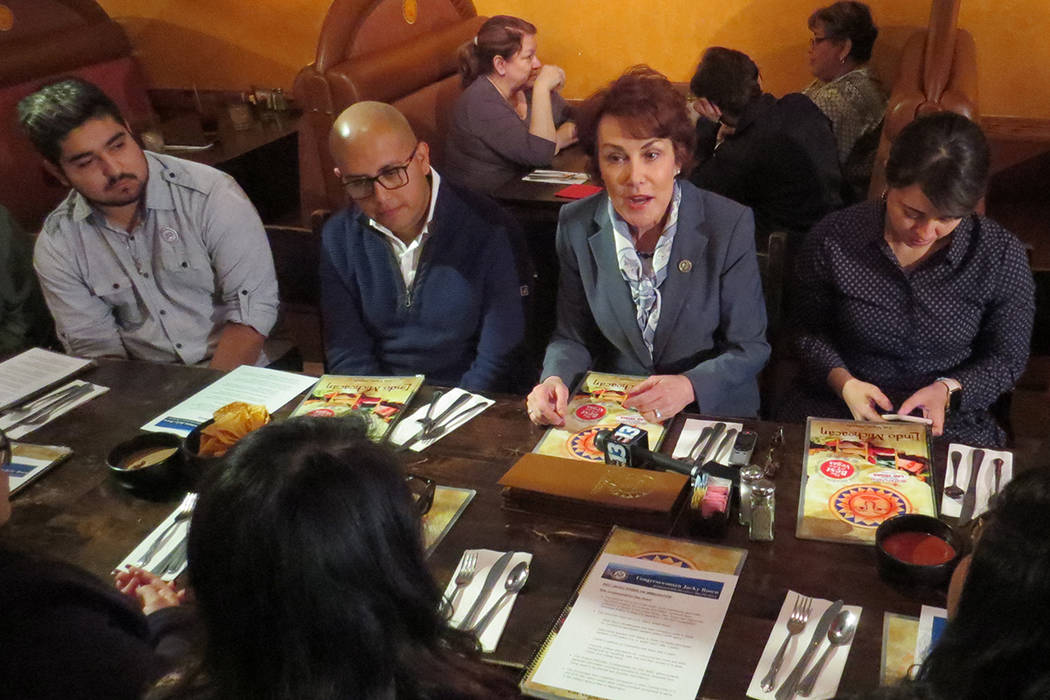 La congresista Jacky Rosen se reunión con beneficiarios de TPS y DACA. 4 de enero del 2018 en el restaurante Lindo Michoacán. | Foto Anthony Avellaneda / El Tiempo.
