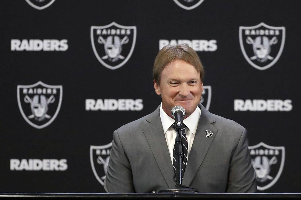 El nuevo entrenador en jefe de los Oakland Raiders, Jon Gruden, sonríe durante una conferencia de prensa de fútbol de la NFL en Alameda, California. Martes, 9 de enero de 2018. (AP Photo / Marci ...