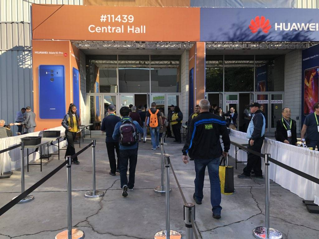 CES Attendees return to Central Hall on Wednesday, Jan. 10 after a power outage. (Todd Prince/Las Vegas Review-Journal)