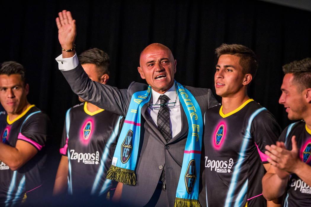 El entrenador de fútbol de Las Vegas Lights FC, José Luis Sánchez Sola, hace una aparición durante la presentación de las nuevas camisetas en el Zappos Downtown en Las Vegas Boulevard el mié ...