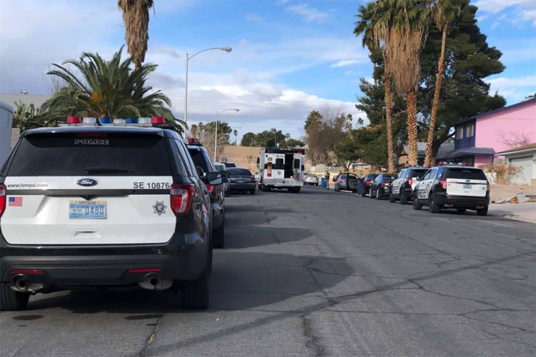 La policía de Las Vegas investiga donde fue encontrado un hombre ultimado a tiros en 4323 Del Santos Drive en el este de Las Vegas el lunes 19 de febrero de 2018. Fue el segundo tiroteo extremo e ...