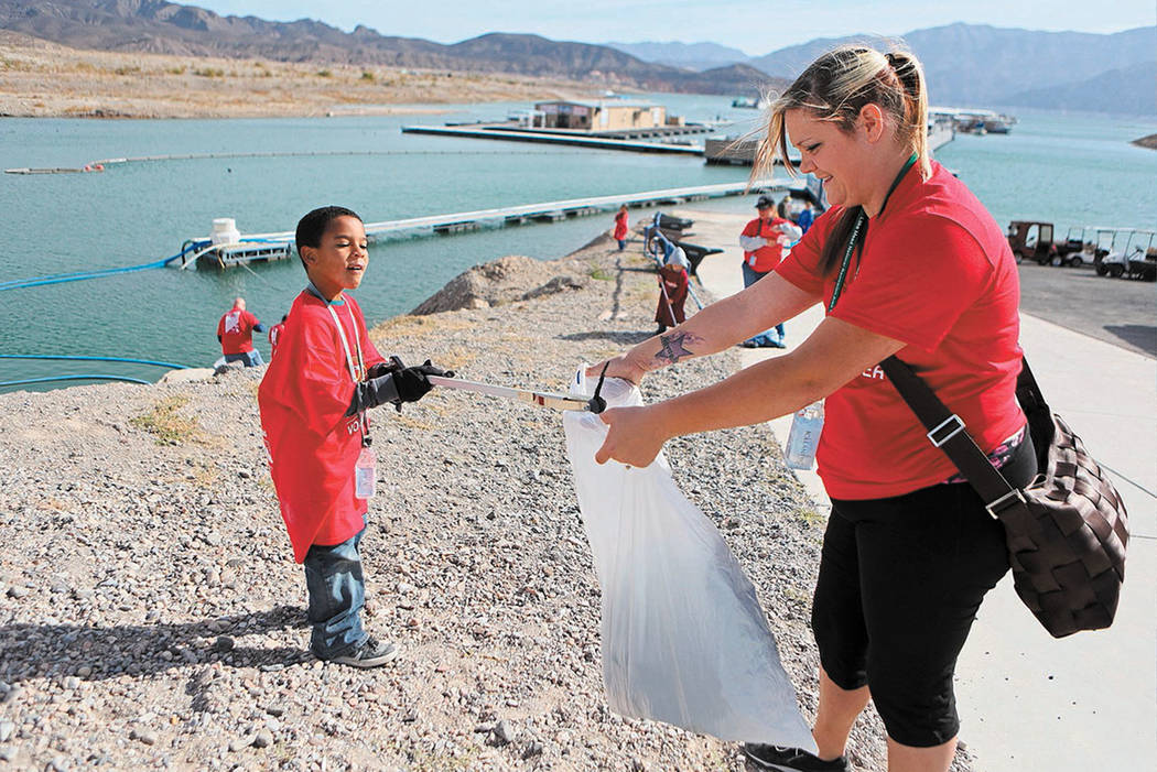 Brian Patterson, left, and Amanda Patterson pick up trash at Callville Bay Resort and Marina in Lake Mead National Recreation Area Saturday, Nov. 16, 2013. (Las Vegas Review-Journal)