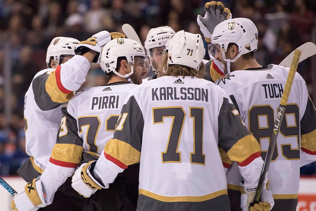 El centro Vegas Golden Knights Brandon Pirri (73) celebra con sus compañeros después de su gol contra los Vancouver Canucks durante el primer periodo de un juego de hockey de la NHL el martes 3  ...