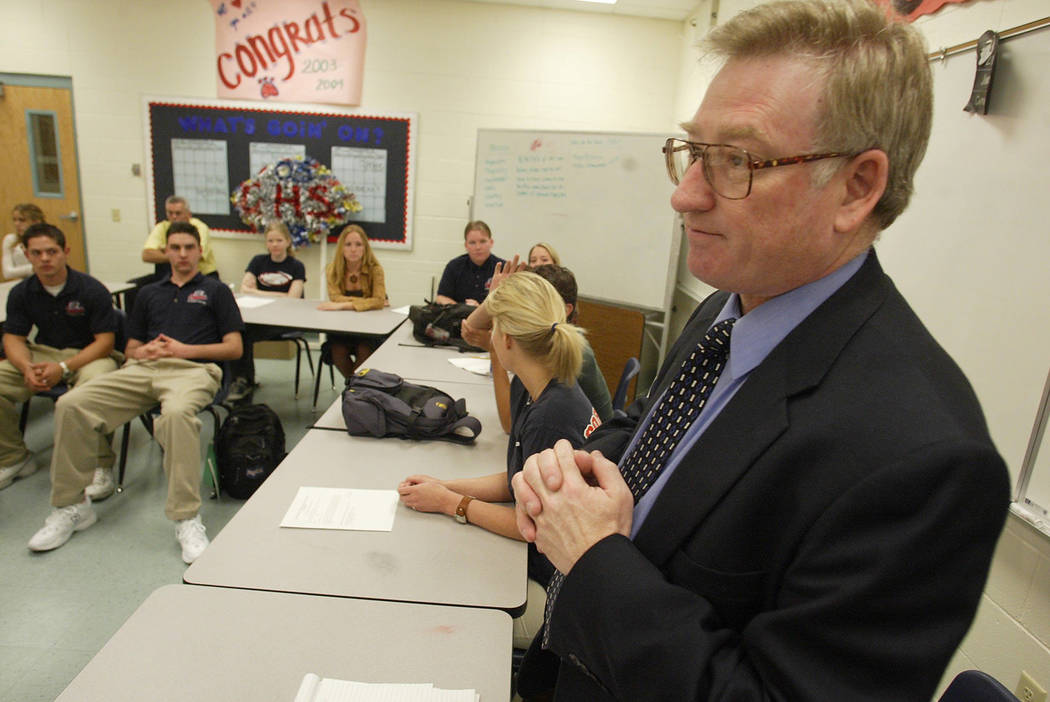 Edward Goldman visits with students at Coronado H.S. in 2003. (Clint Karlsen/Las Vegas Review-Journal)