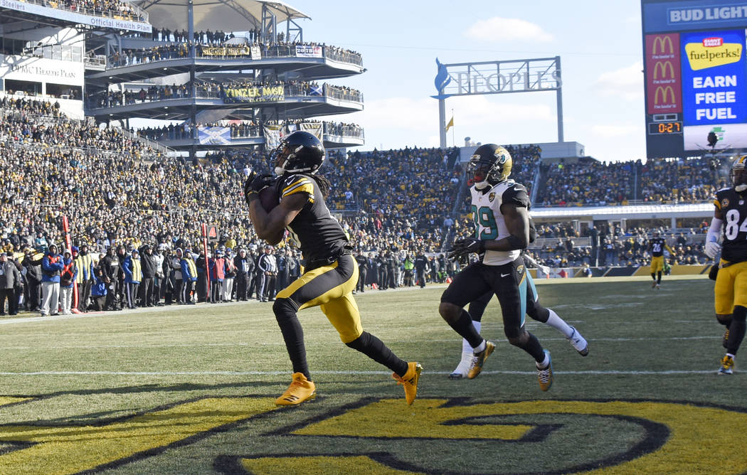 Pittsburgh Steelers wide receiver Martavis Bryant (10) catches a pass from quarterback Ben Roethlisberger for a touchdown with Jacksonville Jaguars free safety Tashaun Gipson (39) defending during ...