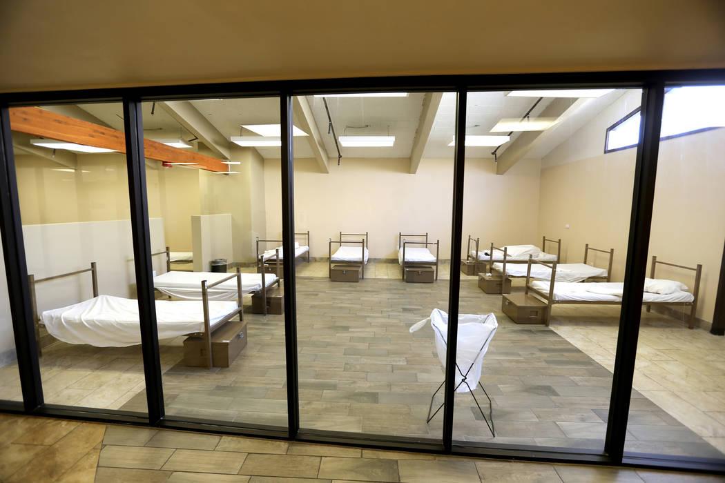 Uno de los dormitorios de los hombres en el centro de tratamiento de adicciones sin fines de lucro WestCare en 323 N. Maryland Pkwy. en el centro de Las Vegas el viernes 20 de abril de 2018. K.M. ...