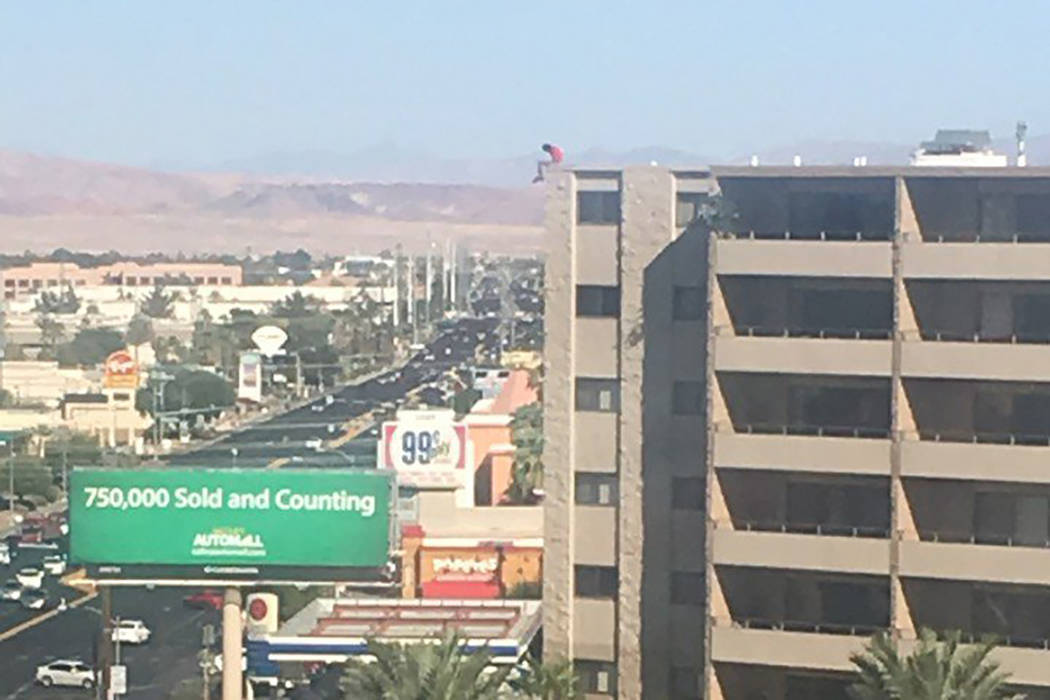 A man is perched on the edge of the roof of an apartment building near Flamingo Road and Maryland Parkway threatening to jump, Thursday, Sept. 14, 2017. He later fell to his death. (Oscar Guerrero)