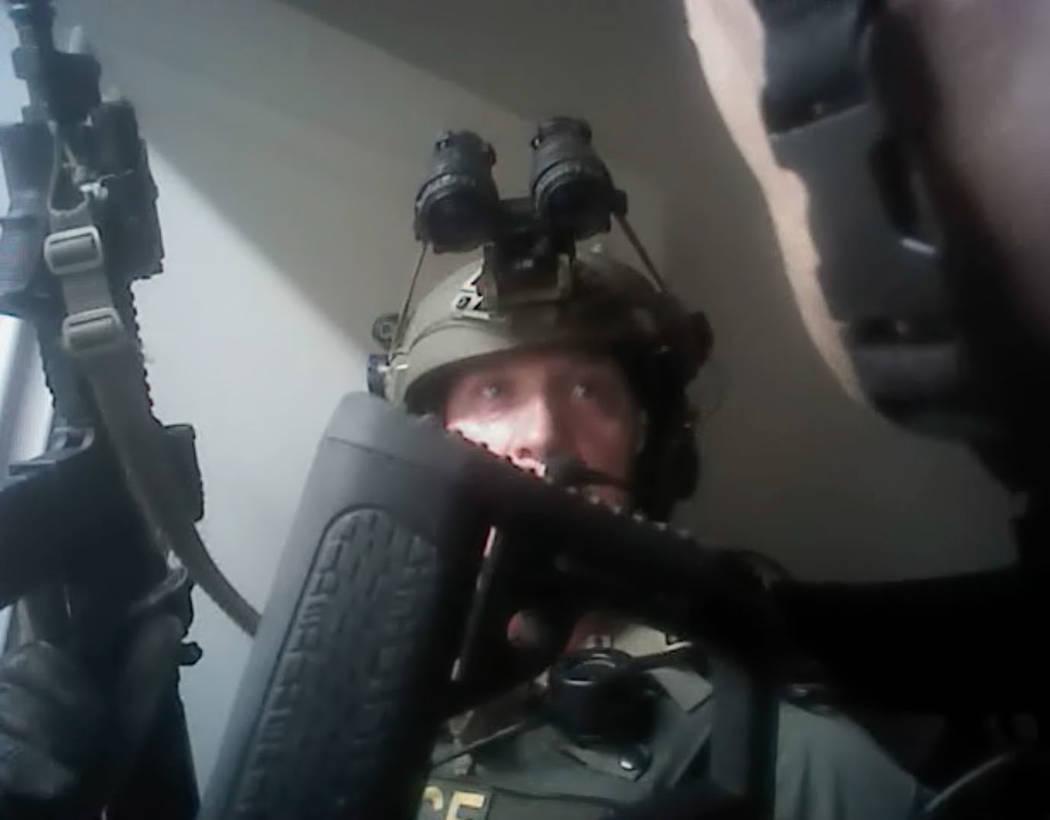 Esta captura de pantalla de la grabación de la cámara corporal lanzada por la policía de Las Vegas, el miércoles 2 de mayo de 2018, muestra el momento en que los oficiales traspasaron la suite ...