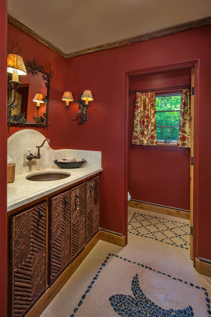 A guest bath. (Oliver Luxury Real Estate)