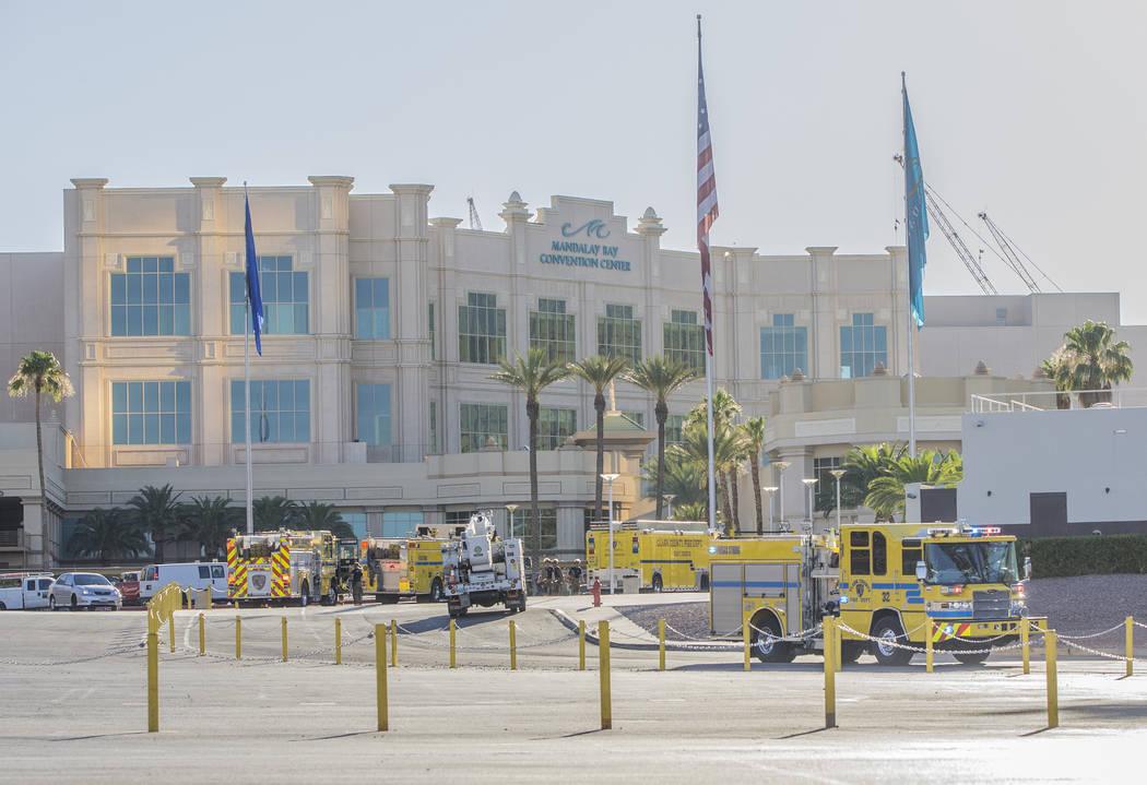 El Departamento de Bomberos del Condado de Clark responde a una fuga de agua principal en el área de carga del centro de convenciones del hotel casino: Mandalay Bay el martes 19 de junio de 2018 ...