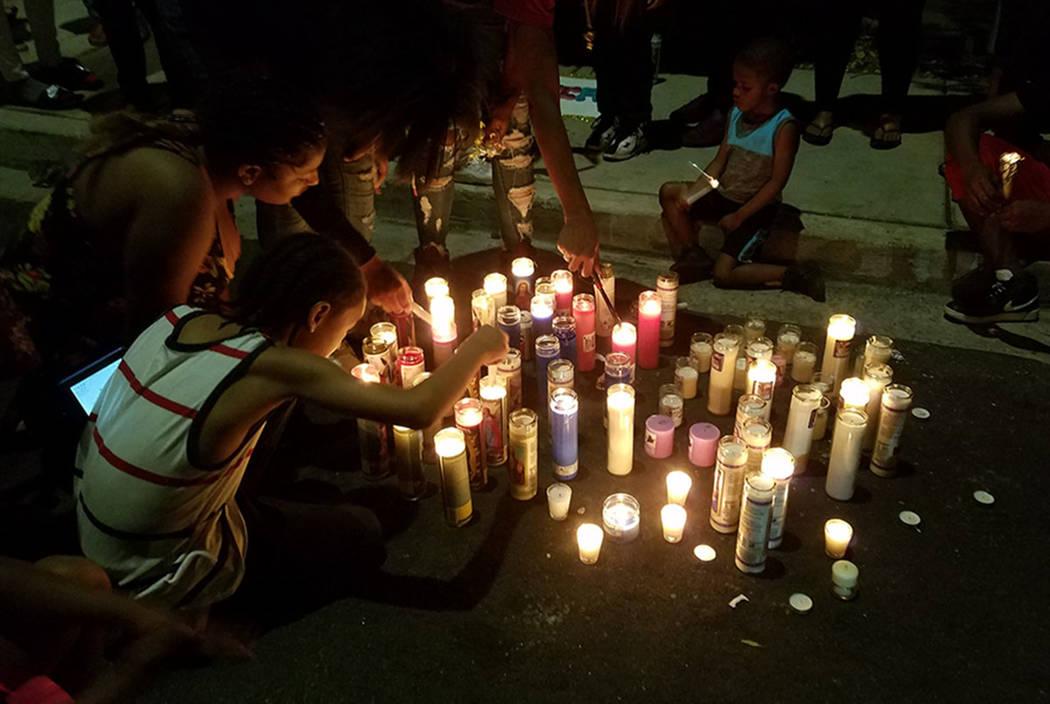 Amigos y familiares encienden velas durante el velorio del sábado para Justise Allen, de 16 años, quien murió en un tiroteo el viernes por la noche en Las Vegas. (Mike Shoro Las Vegas Review-Jo ...