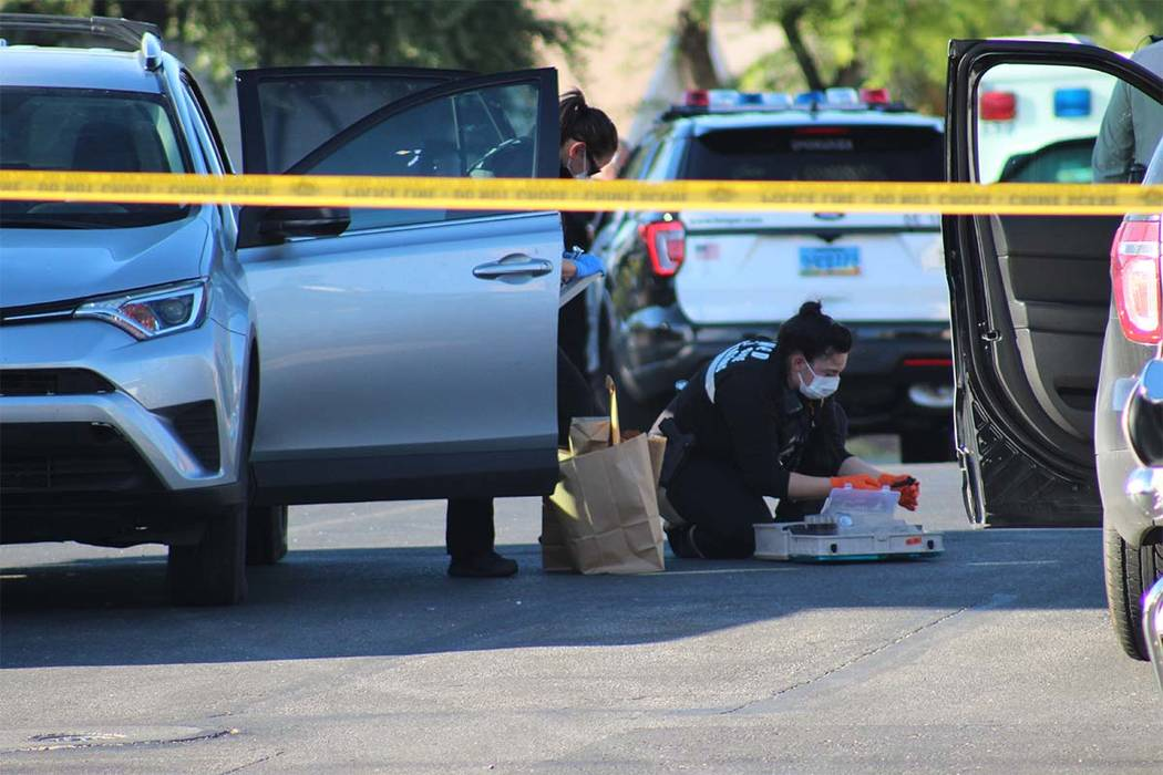Investigators gather evidence from the scene where four robbery suspects were taken into custody on Thursday, June 28, 2018. (Max Michor/Las Vegas Review-Journal)