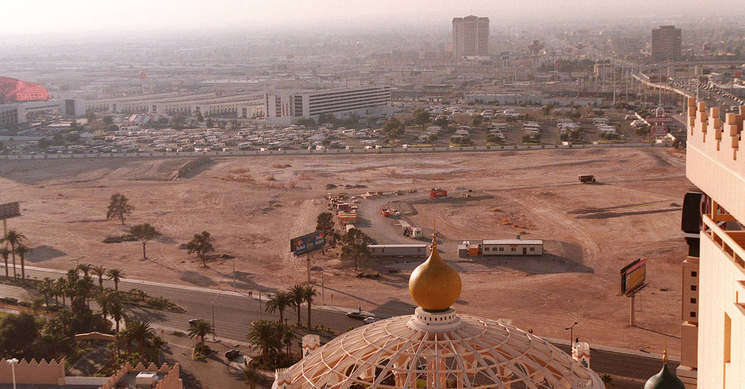 Looking west from the roof of the Sahara hotel-casino in 1998. (Las Vegas Review-Journal File Photo)