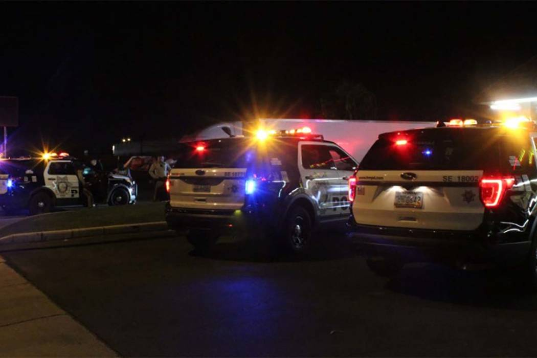 Las Vegas police investigated a late Monday July 16, 2018, shooting at an east valley apartment complex. (Max Michor/Las Vegas Review-Journal)