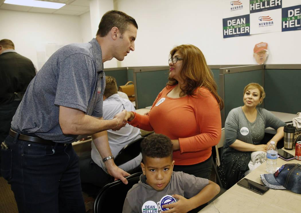 Wes Duncan, izquierda, candidato republicano a la Procuraduría General de Nevada, le da la mano a Rose Mary Flores de Henderson en una fiesta de la noche de elecciones primarias el martes 14 de j ...