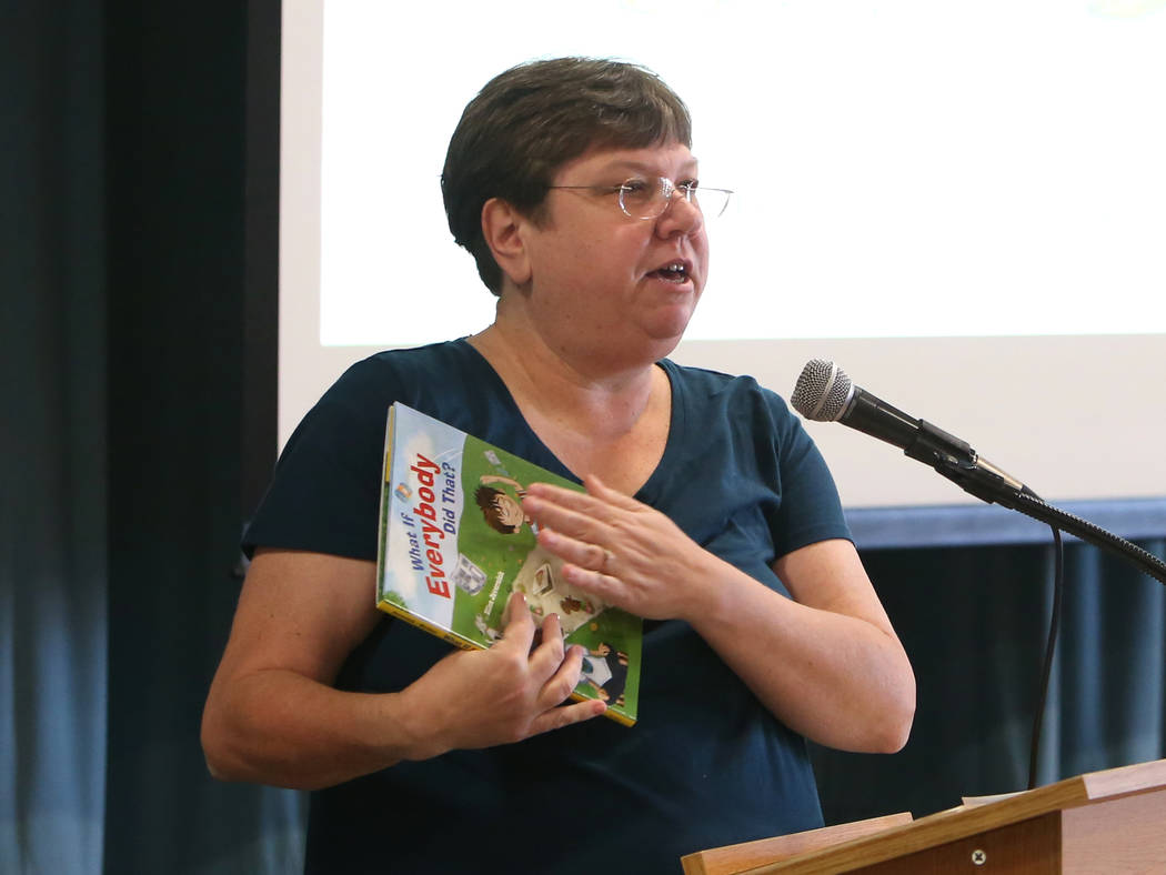 La presidenta de la Junta de Directores Escolares del Distrito Escolar del Condado de Clark, Deanna Wright, lee una historia a los estudiantes de la Escuela Primaria Gordon McCaw durante el evento ...
