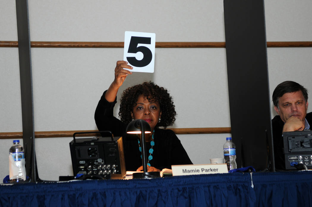 Contest judge Mamie Parker holds up her score card during the final day of the 2013 Federal Duck Stamp Contest in Ohio. (U.S. Fish and Wildlife Service)