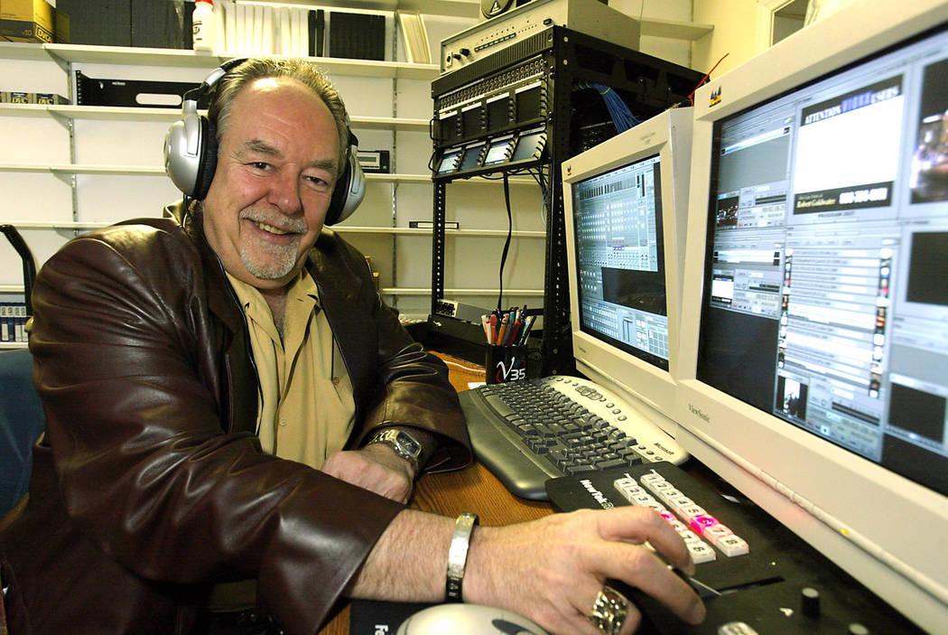 Robin Leach in a tv studio. (John Gurzinski/Las Vegas Review-Journal)