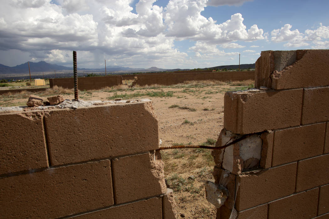 Damaged walls surround vacant lots with overgrown weeds and dumped trash at the corner of Win-Win Avenue and Eagle View Road in Kingman Ariz. on Friday, August 17, 2018. Michael Quine Las Vegas Re ...