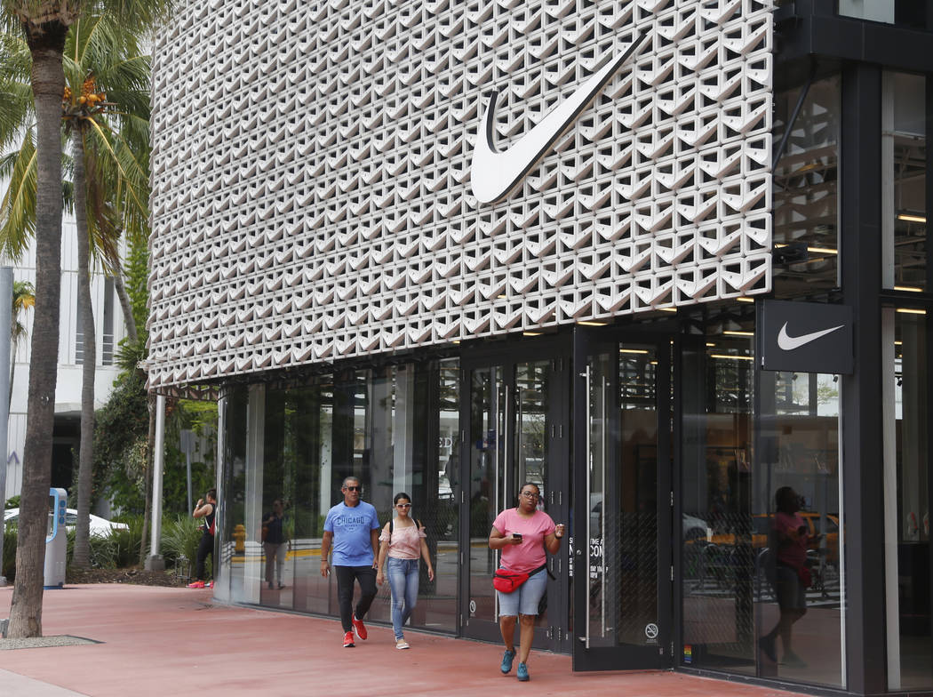 fondo motore specificazione  Shoppers walk past the Nike Miami store on the Lincoln Road Mall, Tuesday,  Sept. 4, 2018, in Miami Beach, Fla. Nike's stock was falling in early  trading on Tuesday following an announcement