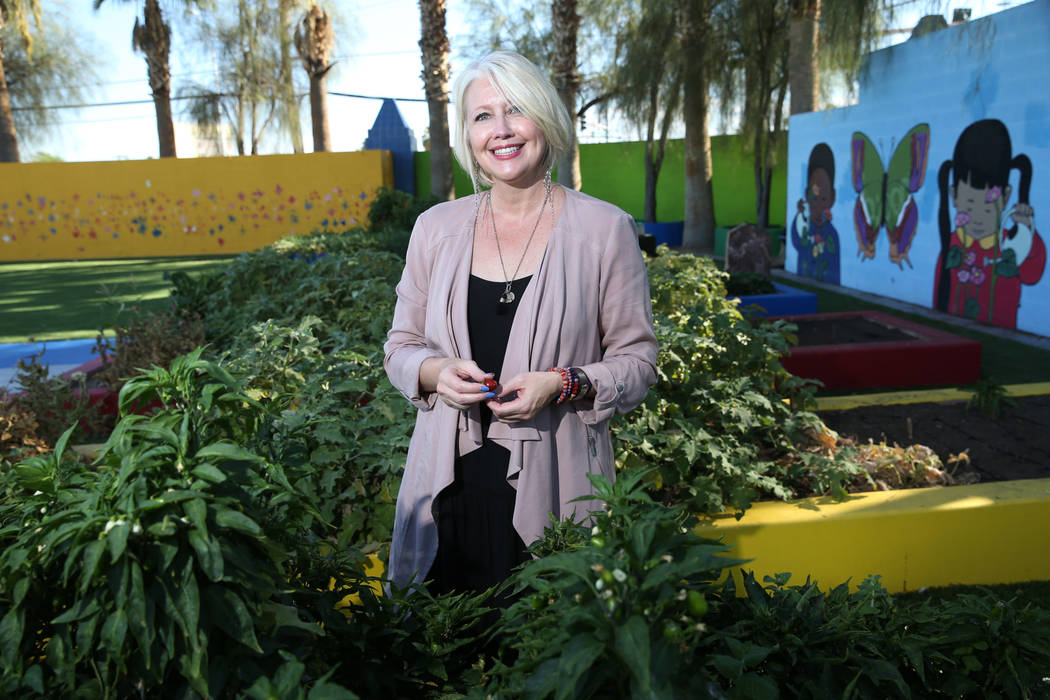 Gina Gavan, center, founder of Project Dinner Table, at Hollingsworth Elementary School in Las Vegas, Friday, Sept. 7, 2018. Erik Verduzco Las Vegas Review-Journal @Erik_Verduzco