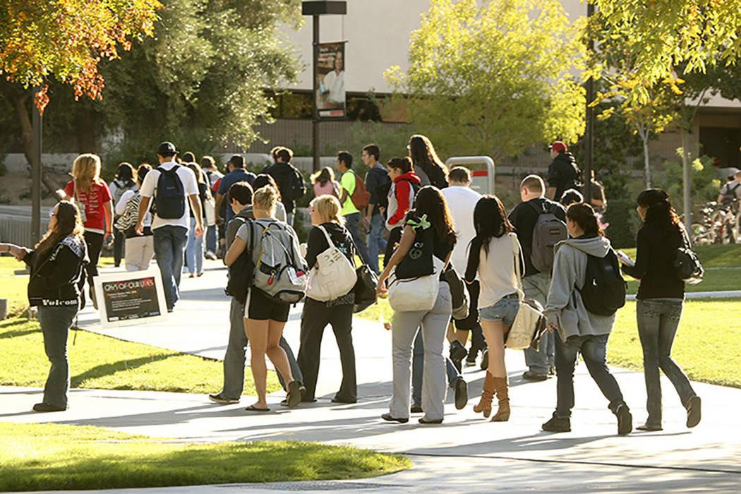 UNLV students walk on campus in Las Vegas. (Las Vegas Review-Journal)