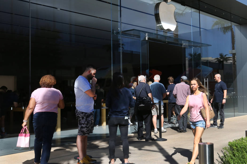 People line up outside an Apple Store in Summerlin to buy the new iPhone XS and XS Max on Friday, Sept. 21, 2018. (Bizuayehu Tesfaye/Las Vegas Review-Journal) @bizutesfaye