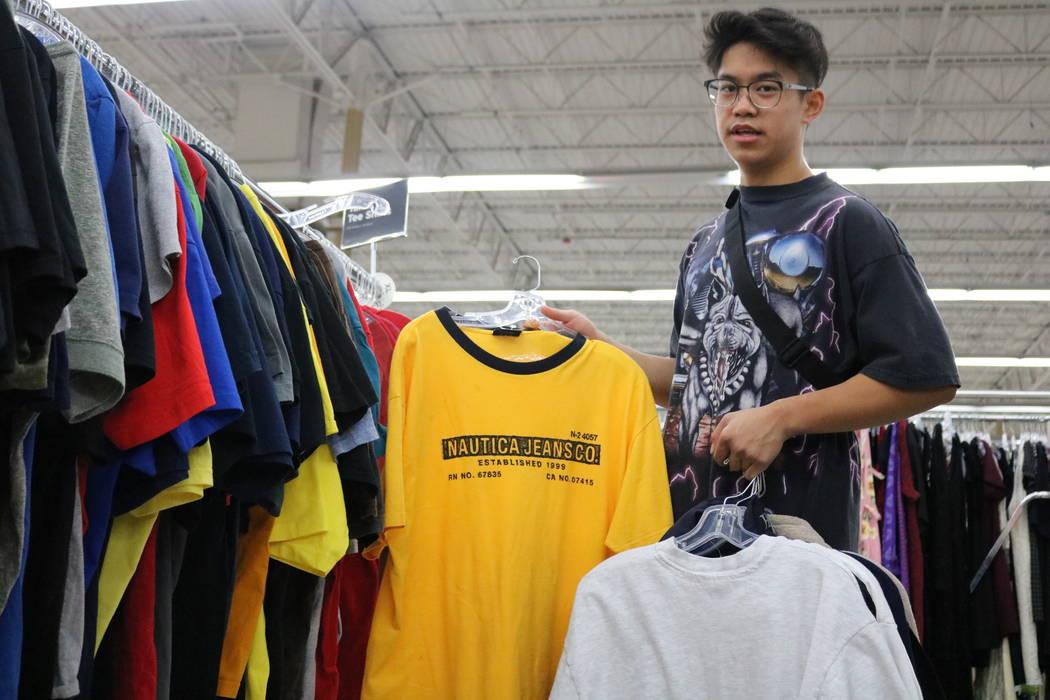 Reanu Elises explica por qué no va a comprar una determinada camisa en la tienda de segunda mano Savers en la intersección de West Sahara Avenue y South Decatur Boulevard en Las Vegas, el miérc ...