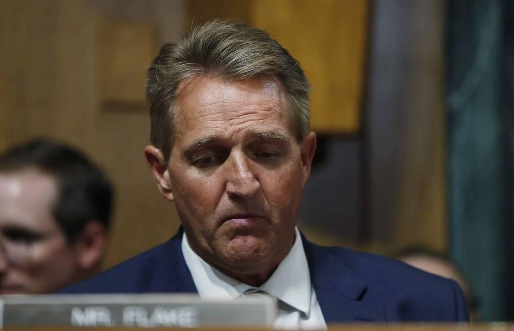 El senador Jeff Flake, R-Ariz., escucha durante una reunión del Comité Judicial del Senado, el viernes 28 de agosto de 2018 en el Capitolio de Washington. (Foto AP / Pablo Martínez Monsivais)
