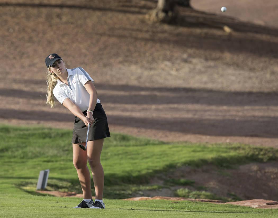 Faith Lutheran sophomore Gracie Olkowski chips onto the green at Stallion Mountain Golf Club on Wednesday, Oct. 10, 2018, in Las Vegas. Benjamin Hager Las Vegas Review-Journal @benjaminhphoto