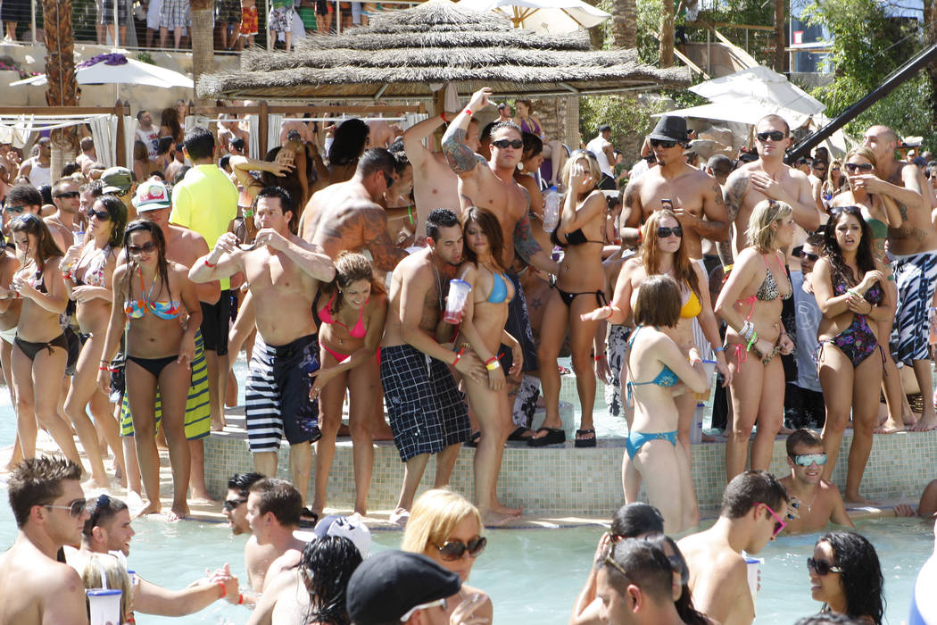 RJ FILE*** DUANE PROKOP/LAS VEGAS REVIEW-JOURNAL A crowd packs the Rehab - Sundays pool party at Hard Rock hotel-casino on Sunday, May 24, 2009, in Las Vegas. Duane Prokop DUANE PROKOP / LA ...