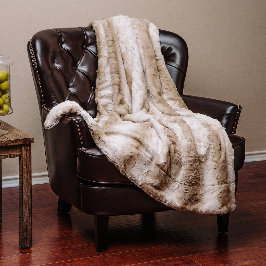 This white and brown throw adds color and texture to the decor. Drape over a chair, couch or bed to add an elegant stylish touch to a living room or bedroom. (Chanasya)