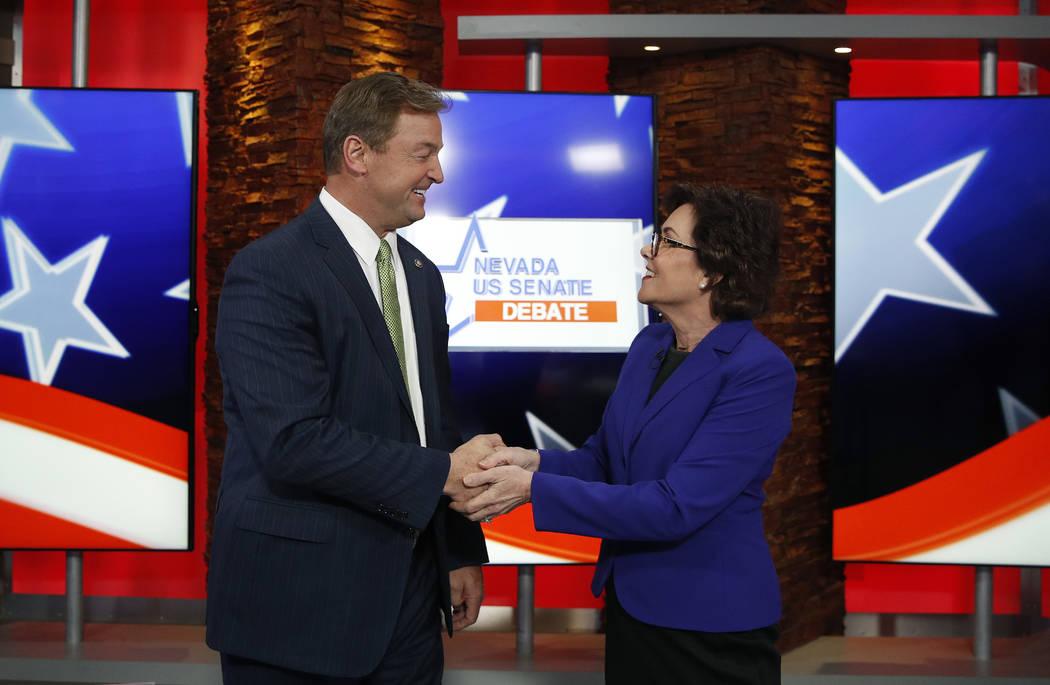 El senador republicano Dean Heller, a la izquierda, y la representante, Jacky Rosen, demócrata de Nevada, se dan la mano antes de un debate en el Senado de los EE.UU., El viernes 19 de octubre de ...