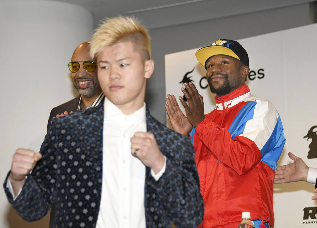 Floyd Mayweather, right, of the U.S. claps as Japanese kickboxer Tenshin Nasukawa strikes a pose during a press conference in Tokyo, Monday, Nov. 5, 2018. (Katsuya Miyagawa/Kyodo News via AP)