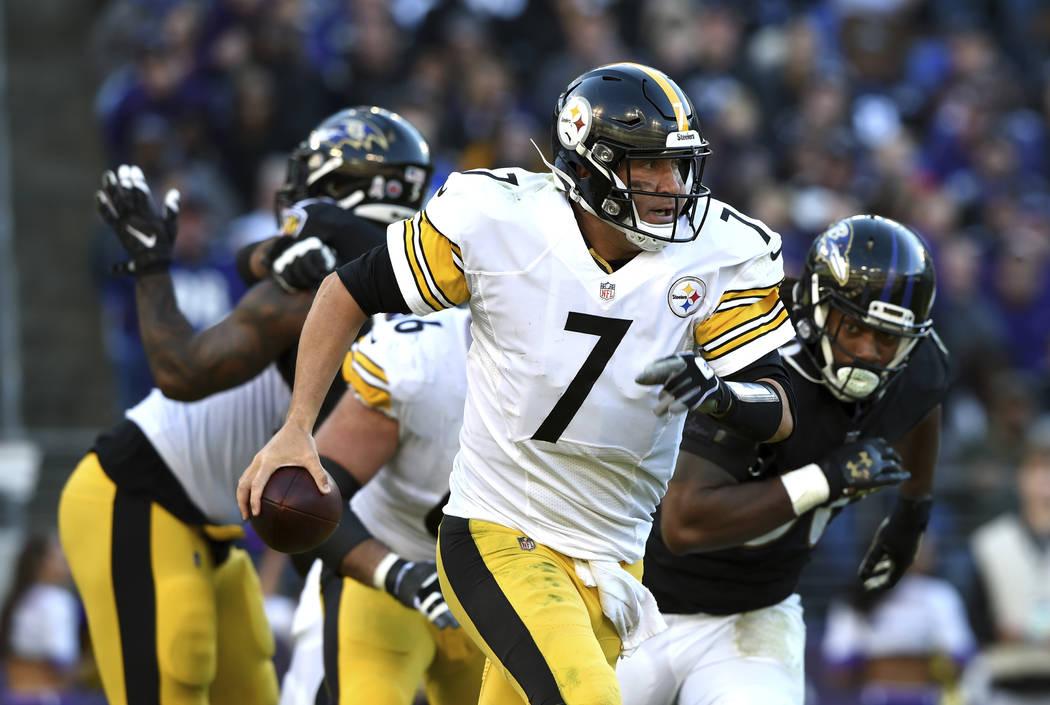Ben Roethlisberger, quarterback de los Steelers de Pittsburgh, busca un receptor durante la segunda mitad del encuentro del domingo 4 de noviembre de 2014, ante los Ravens de Baltimore (AP Foto/Ga ...
