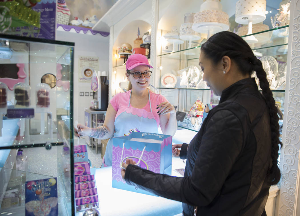 Sausha Feather, left, bags up cupcakes and chocolate covered strawberries for Jenny Corpuz at Wonderland Bakery on Wednesday, November 14, 2018, in Las Vegas. Benjamin Hager Las Vegas Review-Journal