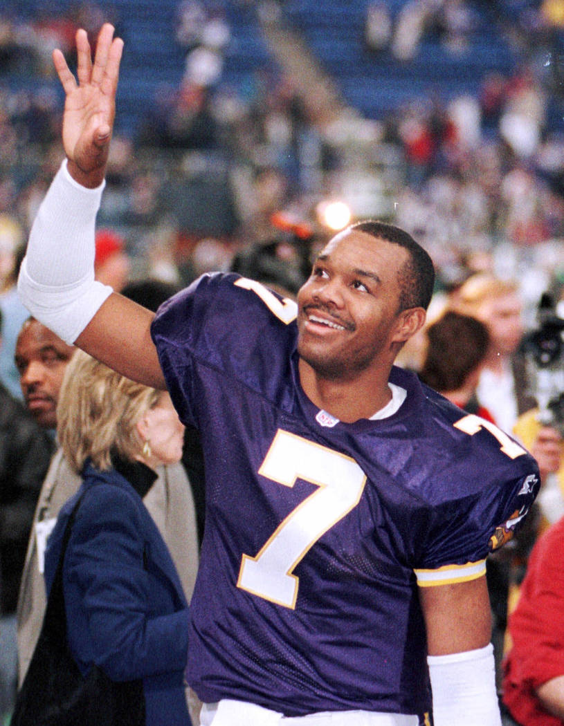 Minnesota Vikings quarterback Randall Cunningham waves to the crowd after their 41-21 win against the Arizona Cardinals in NFC divisional playoff game on Sunday, Jan. 10, 1999. (AP)
