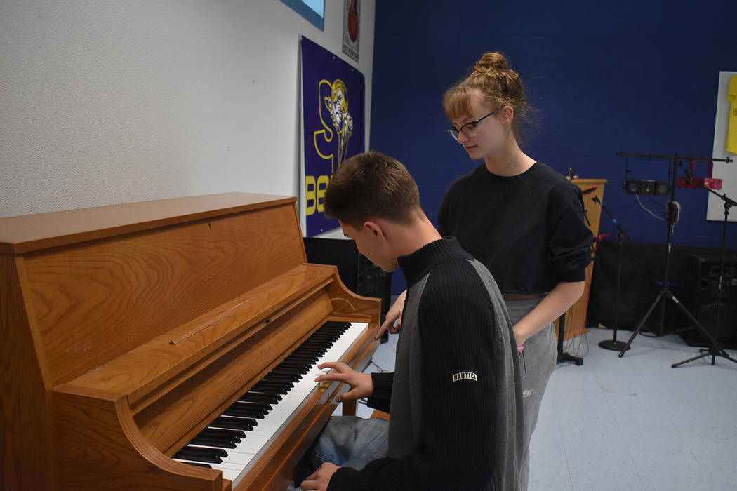 Alex Sanchez helps Vincinzo Giambra-Lacombe at the piano during Shane Gibson's advanced Music Business and Technology class. Rachel Spacek Las Vegas Review-Journal